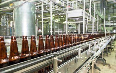 ¿Cómo influye el cambio de hora en los costes de producción de una fábrica de cerveza?